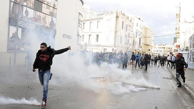 El presidente interino de Túnez cree que el asesinato del opositor Belaid es «parte de un complot»