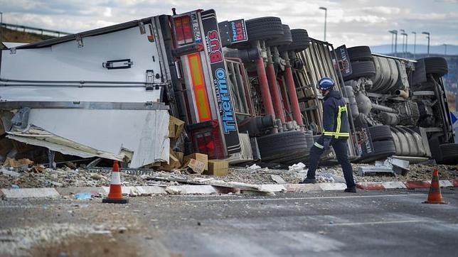 Trasladan al hospital al conductor de un camión que ha volcado en Toledo