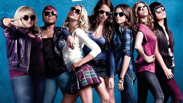 Ester Dean (segunda por la izquierda) y Hana Mae (primera por la derecha) con sus compañeras de reparto en «Dando la nota»