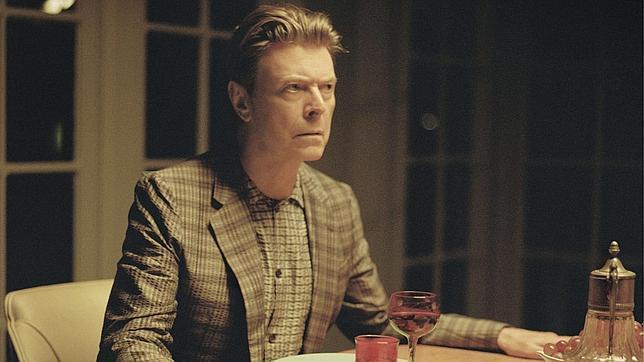 El músico británico David Bowie en una imagen del videoclip de «The Stars (Are Out Tonight)»