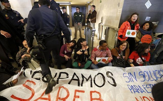 Detenidos en Madrid 30 miembros de la PAH por encerrarse en el «banco malo»