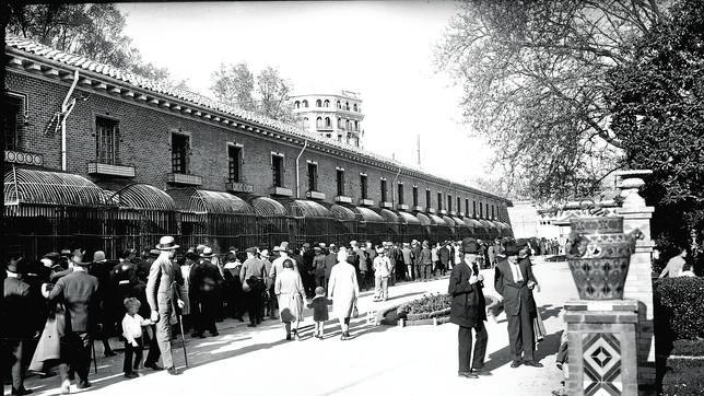 Las jaulas de la Casa de Fieras, en El Retiro, en una foto de 1920. Ahora será una biblioteca