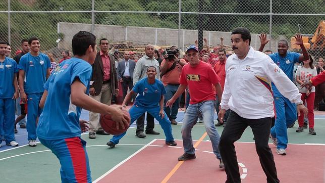 Maduro da marcha atrás y ordena parar el «papachip» de racionamiento