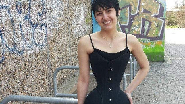 Una joven reduce drásticamente su cintura gracias a llevar durante tres años un corsé