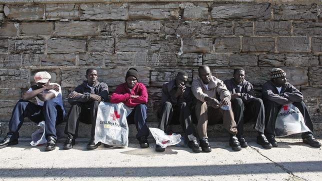 Rescatados 28 inmigrantes a bordo de cuatro balsas en el Estrecho