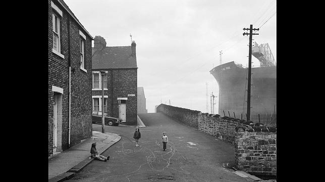 «Housing and shipyard» («Viviendas y astillero»), Tyneside, 1975
