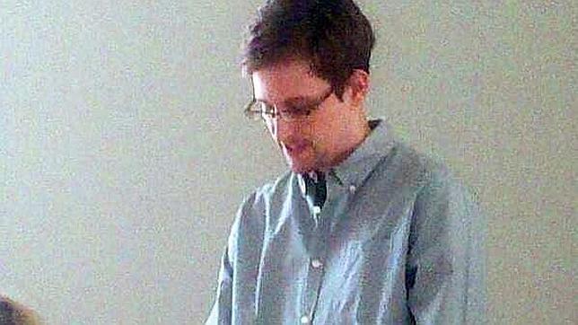 Snowden cumple un mes en el limbo