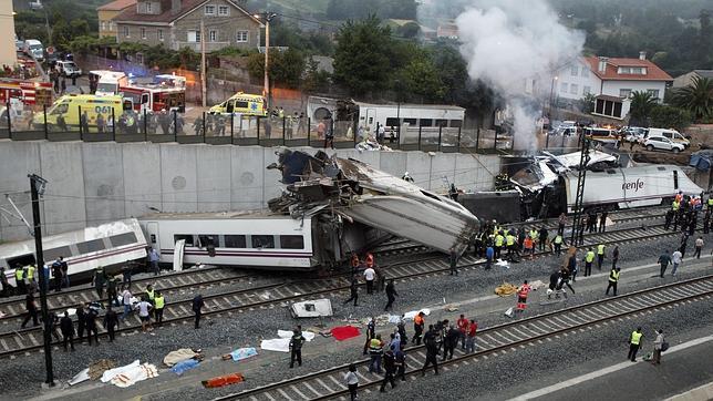 80 muertos al descarrilar un tren Alvia a casi 200 por hora en Santiago