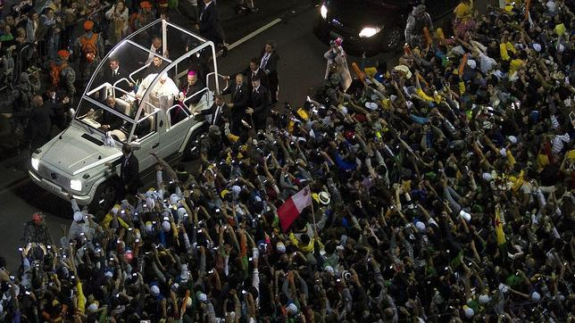 El Papa abraza a los jóvenes del mundo entero en la fiesta de acogida en Copacabana