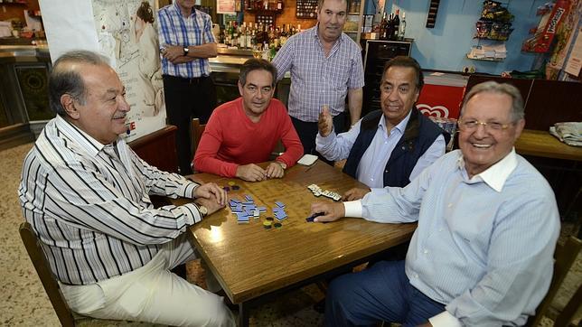 Carlos Slim juega al dominó en Orense