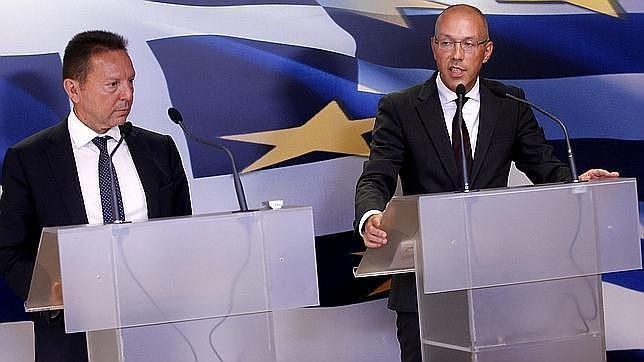 El ministro griego de Finanzas, Yannis Sturnaras (i) y el miembro del consejo ejecutivo del BCE Jörg Asmussen (d)