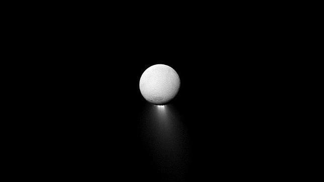 La luna Encélado suelta un chorro tan grande como ella misma