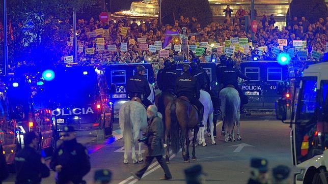 Cien policías heridos en manifestaciones y disturbios callejeros en 2013