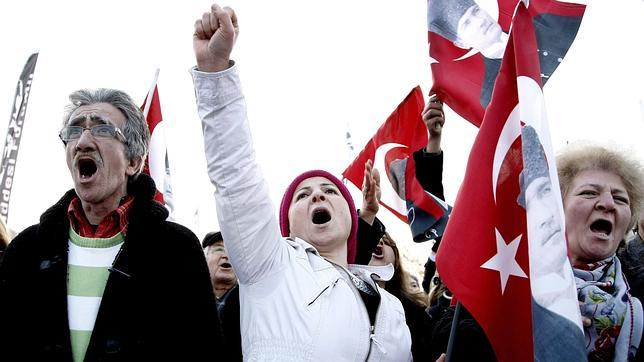 Manifestación contra el Gobierno en las calles de Estambul este sábado tras la operación anticorrupción