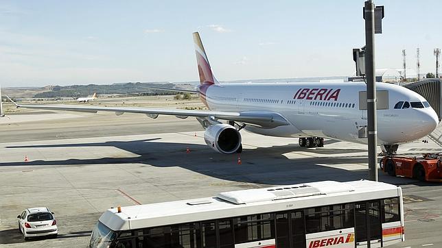 El número de viajeros de Iberia cae en 2013 un 16%, frente al crecimiento de Vueling del 28%