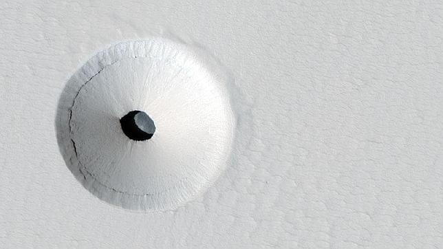¿Cómo se ha creado este extraño agujero en Marte?