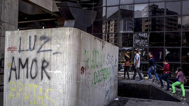 Una de las oficinas dañadas por las protestas en Caracas