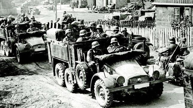En Polonia, tropas alemanas motorizadas avanzan tras las Divisiones «Panzer» en septiembre de 1939