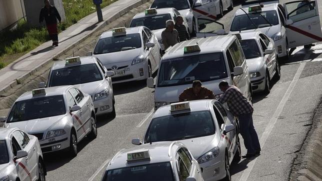 Taxis esperando a cargar en el aeropuerto de Madrid