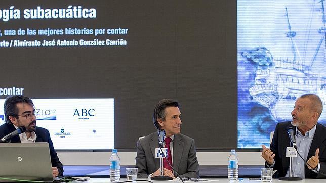 De izquierda a derecha, Jesús García Calero, el almirante José Antonio González Carrión y Arturo Pérez-Reverte