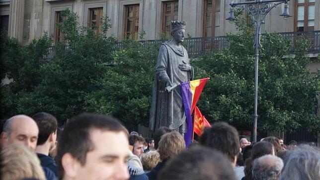 La estatua del Rey Carlos III de Navarra, en Pamplona, luce una bandera republicana