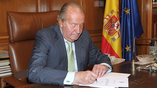 Don Juan Carlos, en una imagen de archivo, en su despacho de La Zarzuela