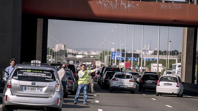 Los taxis se movilizan en toda Europa contra los servicios de coches compartidos
