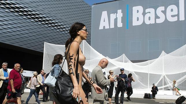 Milo Moiré se paseo completamente desnuda por la feria Art Basel