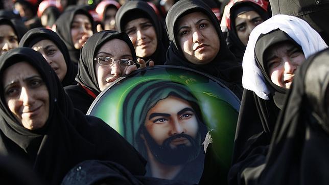 Mujeres chiíes en Estambul durante una fiesta religiosa con una imagen del imán«mártir» Husein, nieto de Mahoma