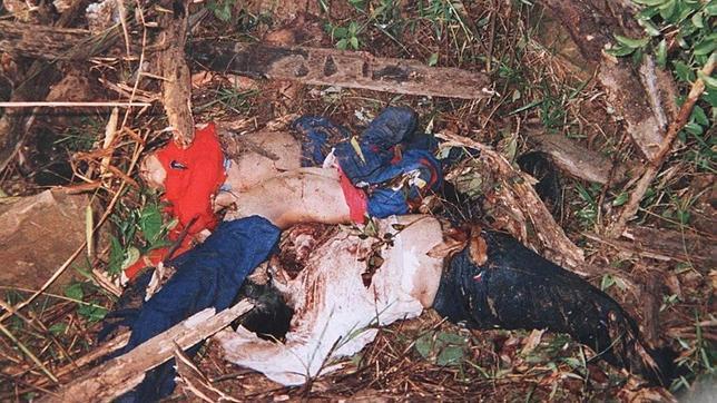 Los cadáveres de varias víctimas de los Jemeres Rojos amontonados en Anlong Veng, en una imagen de 1997