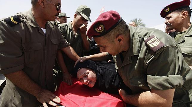 Un familiar sobre el féretro de un militar asesinado la semana pasada en Túnez