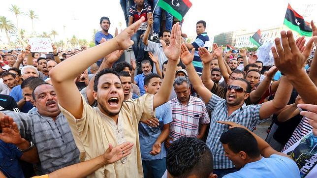 Manifestación en Trípoli pidiendo una intervención armada internacional que proteja a los civiles