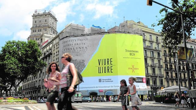 Lona publicitaria de grandes proporciones en Barcelona que recuerda el Tricentenario