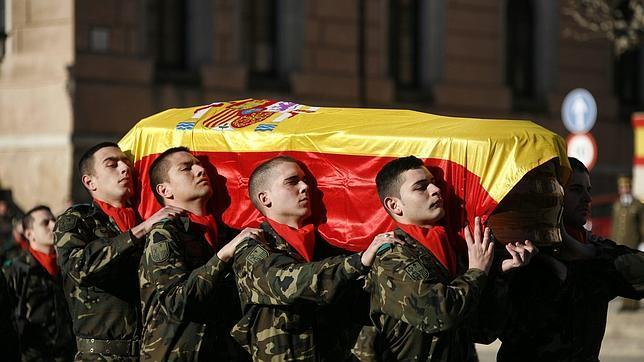 Compañeros portan el féretro de un soldado español fallecido en Afganistán