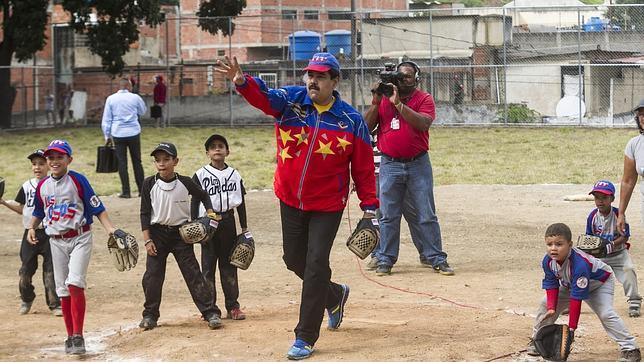 El presidente Maduro juega a béisbol el mismo día que anunció «la exportación de productos de la 'canasta básica'»