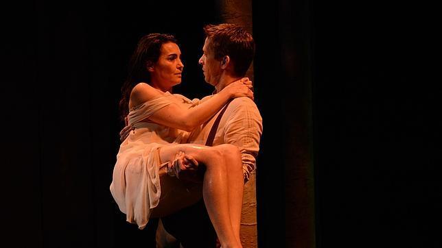 Alejandra Mayo y Rodrigo Arribas, en una escena de la obra