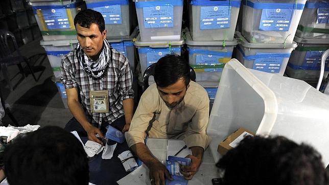 Miembros de la Comisión Electoral Independiente cuentan los votos