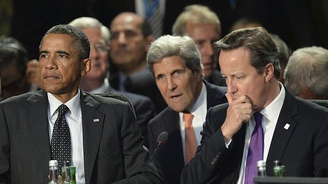 Barack Obama, John Kerry y David Cameron, durante una reunión en la cumbre de la OTAN en Newport (Gales)