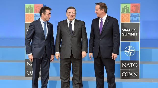 El presidente de la CE (centro) junto al secretario general de la OTAN (izq.) y al primer ministro británico (dcha.)
