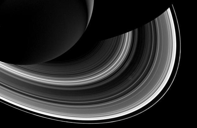 El estrecho anillo F de Saturno (el más exterior)