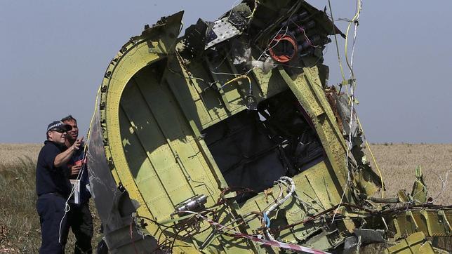 Expertos analizan los restos del avión derribado en Ucrania