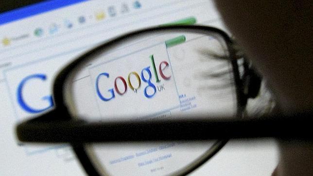 Una persona mira el buscador de Google