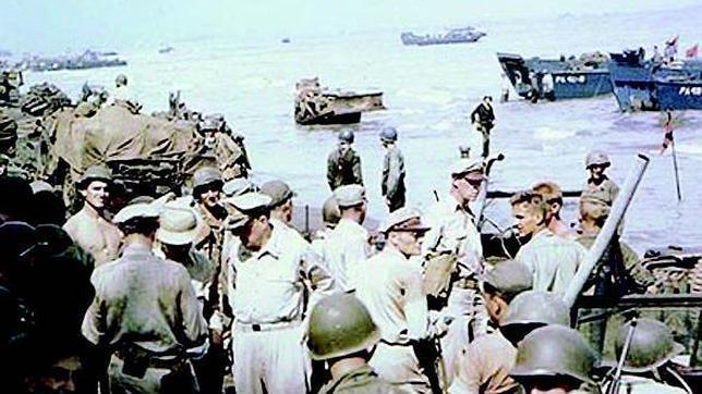 El general MacArthur inspecciona el 20 de octubre de 1944 la cabeza de playa de la isla de Leyte, desde donde comenzará la recuperación del archipiélago filipino