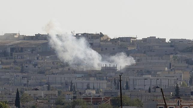 Vista de Kobani, sometida al bombardeo de los yihadistas, desde territorio turco