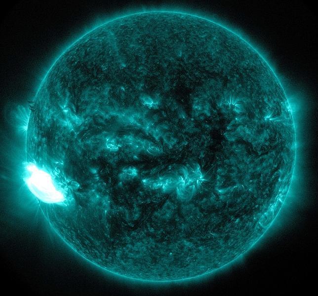 Imagen de la llamarada solar del domingo 19 de octubre captada por el Observatorio de Dinámica Solar de la NASA, en longitud de onda ultravioleta extrema