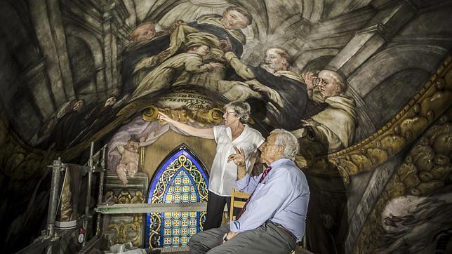El restaurador de la Capilla Sixtina, Gianluigi Colalucci, observa los frescos que se están restaurando
