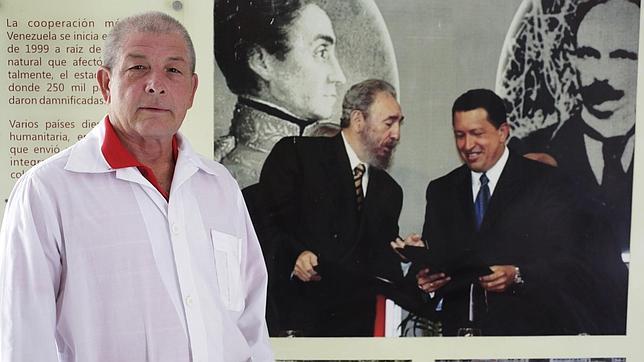 El médico cubano Leonardo Fernández, de 63 años, posa en La Habana, poco antes de viajar a Liberia