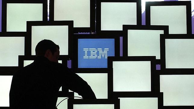 Una personas frente al logo de IBM
