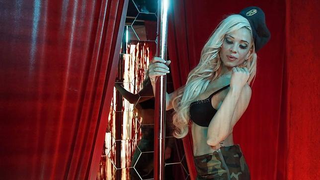 Una de las «strippers» de la pieza de Yann Leto en el estand de T-20 en ARCO'14