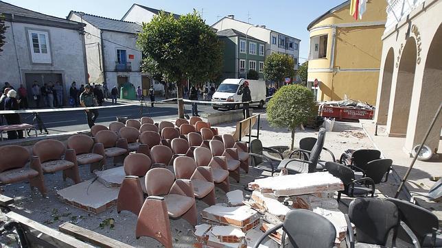 El Ayuntamiento de Baralla, parcialmente destrozado por la última bomba de la banda